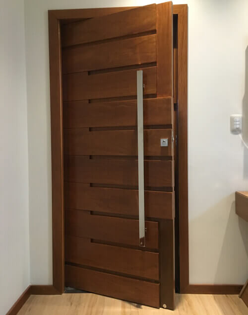 Porta Pivotante de Madeira Maciça
